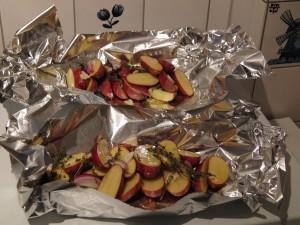 Ingepakte rode aardappelen met tijm ui en knoflook