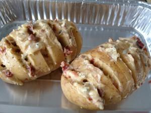 Ingesneden aardappelen met zelfgemaakte kruidenboter